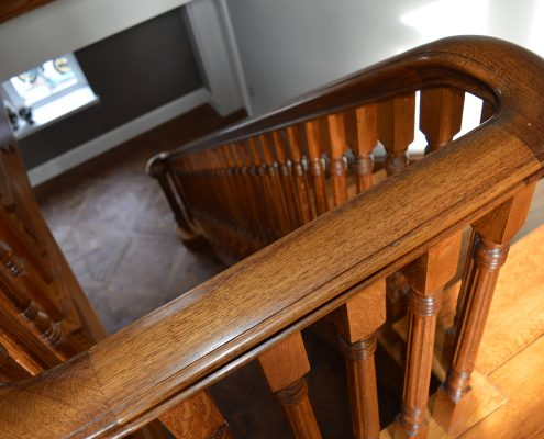 Traditional Oak handrail with straight runs and curved sections