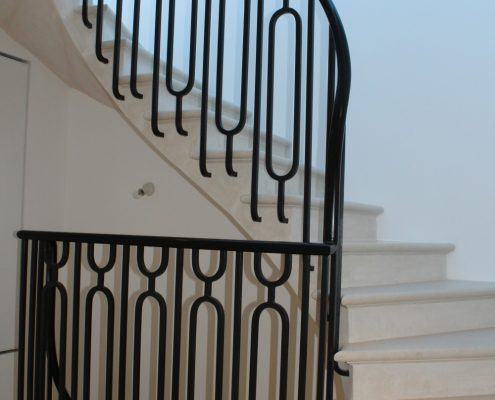 Landing oval handrail with a polished finish & steel balustrade